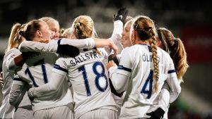 Finlands damlandslag i fotboll jublar.