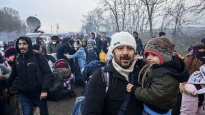Migranter vandrar mot buffertzonen mellan Turkiet och Grekland i Pazarkule, i Edirne-provinsen på lördagen.