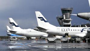 Finnairplan står på marken vid Helsingfors-Vanda flygplats.