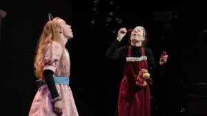 Jarl Hanhikoski spelar prinsessan. Här står han tillsammans med Stina Liman