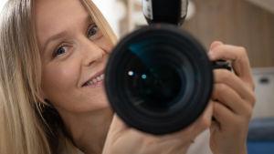 Kuvaaja Nella Nuora ja kamera peilin kautta kuvattuna.