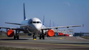 Flygplan parkerade på Köpenhamns flygplats Kastrup.
