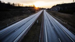 En motorväg som är tom på bilar.