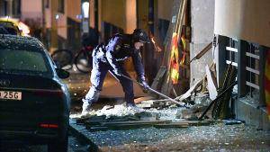 Polis röjer upp efter sprängdåd vid bostadshus på Östermalm.