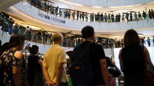 Demonstranter sjunger i ett köpcenter i Hongkong.