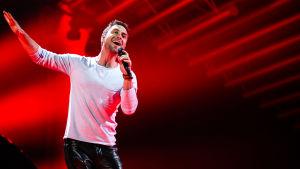Måns Zelmerlöw framför sin låt Heroes i Eurovision 2015.