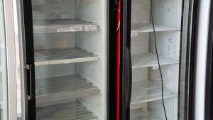 Två kylskåp står helt tomma.