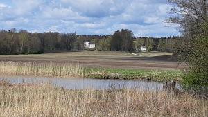 Pickala gård syns från Pickala å.