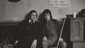 Johnny Cash ja Marty Stuart istuvat baarin takahuoneessa 1981. Arkistokuva dokumenttisarjasta Countrymusiikki.