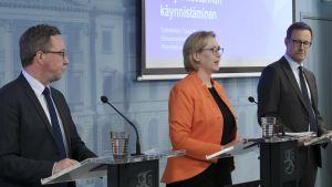 Näringsminister Mika Lintilä, arbetsminister Tuula Haatainen och Försörjningsberedskapscentralens tf vd Janne Känkänen vid en presskonferens.