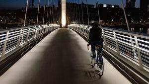 Johanna Brummer cyklar över bron i Blåbärslandet 27.5.