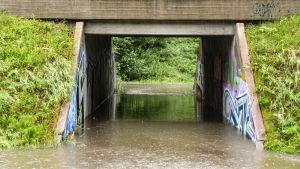 Översvämning på cykelbanan under Tolkisvägen vid Näse hälsovårdscentral i Borgå