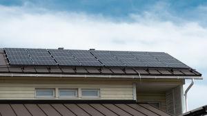 Kuvassa näkyy talon katolla olevia aurinkopaneeleja.