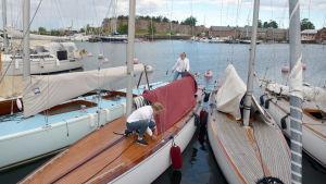 Catharina Sandman och Cecilia Sandman förbereder sin segelbåt inför segling.