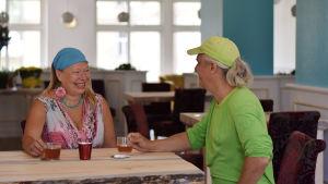 Ett skrattande par som dricker te.