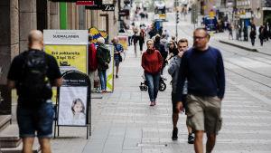 Människor promenerar på Alexandersgatan i Helsingfors i juli.