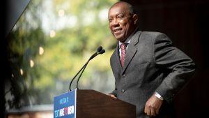 Houstons borgmästare Sylvester Turner klädd i kostym vid ett podium.