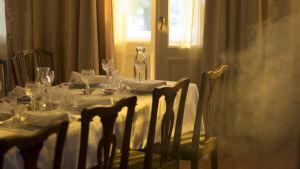 ett matbord med fina kärl på.
