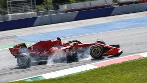 Sebastian Vettel sladdar under en tävling.