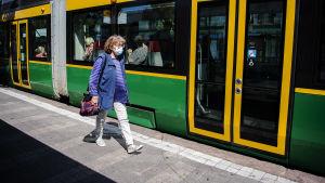 Kuvassa on hengityssuojainta Helsingin keskustassa heinäkuussa 2020 käyttänyt nainen.