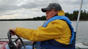 Jan Ekebom kör motorbåt.