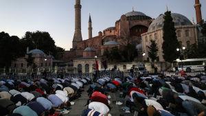 Muslimer ber på marken utanför Hagia Sofia.