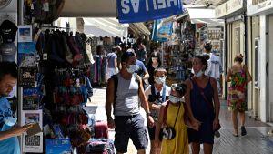Människor bär munskydd i Aten 29 juli