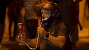 En demonstrant röker vattenpipa i Beirut.