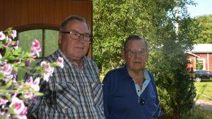 Två män i en trädgård