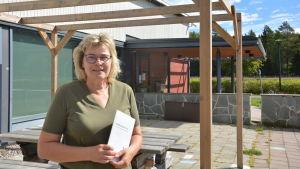 Ingrid Jansson på skolgården i Korpo.