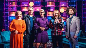 Kuvassa poseeraavat Elämäni Biisi -jakson vieraat Krisse Salminen vasemmalla, vieressään Miika Nousiainen, Bab Lybeck, Sipe Santapukki ja Tuure Kilpeläinen.