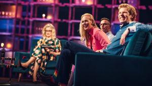Jutta Helenius nauraa Elämäni Biisi -sohvalla, vierellä Eero Lehtimäki, Sami Saikkonen ja taustalla juontaja Katja Ståhl.