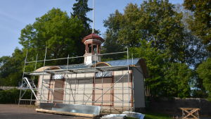 Branddepåbyggnad med byggställningar.
