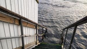 En trappa ner i vattnet vid vinterbadet i Hangö.