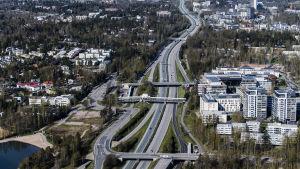 Västerleden i Esbo maj 2020. Motorväg, höghus, storstadskänsla.