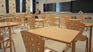 En lärare ensam i ett tomt klassrum.