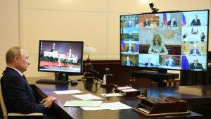 Rysslands presiden håller videomöte från sitt residens i Novo-Ogarjovo i Moskva.
