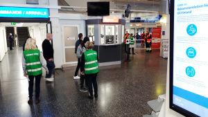Evakuering av passagerare i terminalen i Mariehamn efter att Viking Grace gått på grund.