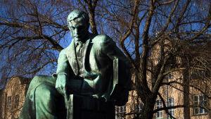 Aleksis Kiven patsas Helsingin Rautatientorilla.