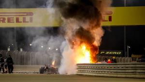 Romain Grosjeans bil brinner i Bahrain.