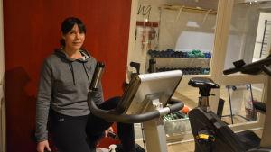 Kvinna vid motionsapparat.