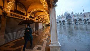 En kvinna går i Venedig.