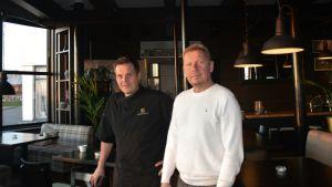 Män på restaurang