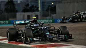 Valtteri Bottas kör ur kurva före Lewis Hamilton.
