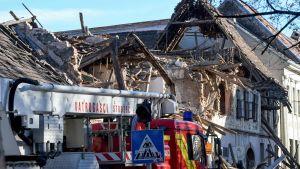 Förstörd byggnad i Petrinja efter ett jordskalv.