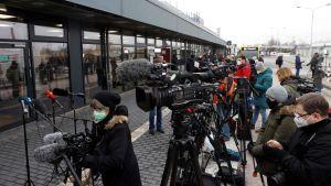 Journalister utanför flygfält i Berlin.
