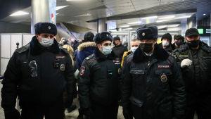 Rysk polis på plats vid Vnukovo-flygplats i Moskva.
