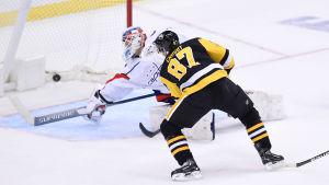 Pittsburghs Sidney Crosby överlistar Washingtons målvakt Vitek Vanecek och avgör matchen.