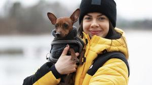 Pernilla Böckerman med hunden Jacky i famnen.