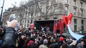 Människor protesterar i Paris.